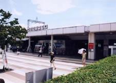 2.外へ出ると駅前広場が広がります。