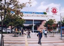 3.目の前に東急S.C(ショッピングセンター)がありますのでそちらへ渡って下さい。