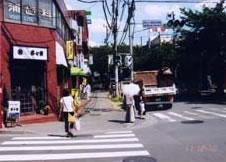 6.さらに進むと、信号のところに商店街 入り口 があります。